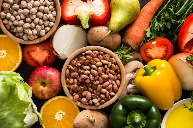Gezond eten. mediterraan dieet fruit, groenten, graan, noten, olijfolie en vis