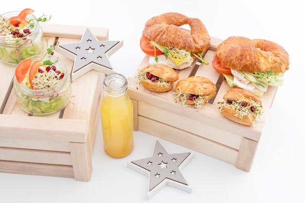 Gezond eten, menu met microgreens. vegetarische broodjes met assortiment microgroenten