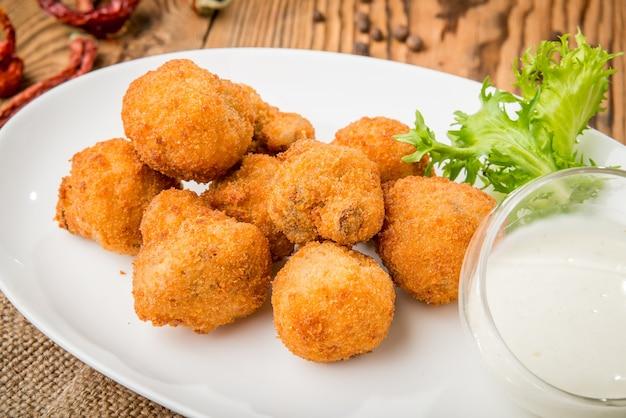 Gezond eten mooi en lekker eten op een bord, op een houten tafel