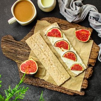 Gezond eten, sandwich, knapperig brood, vijgen, koffie ontbijt of snack, roomkaas, boter, yoghurt menu. voedsel . copyspace. bovenaanzicht