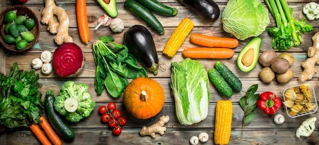 Gezond eten. verscheidenheid aan rijpe groenten en fruit. op een houten ondergrond.