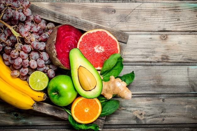 Gezond eten. verse biologische groenten en fruit in een oude doos op houten tafel.