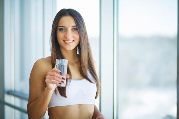 Gezond eten. vrouw drinken citroen detox water. gezond eten