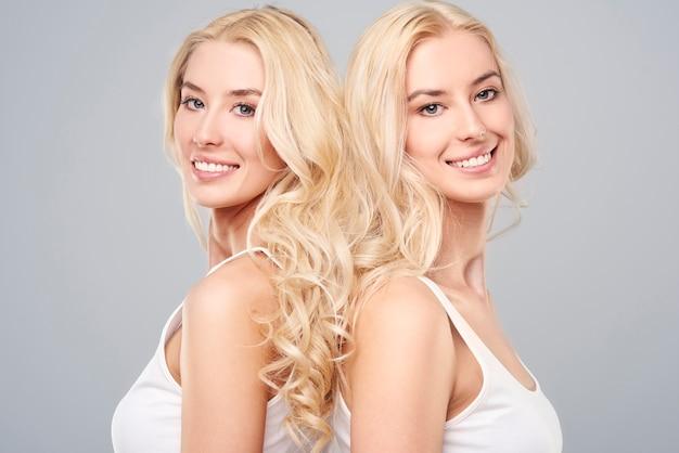 Gezond haar van natuurlijke blonde tweelingen