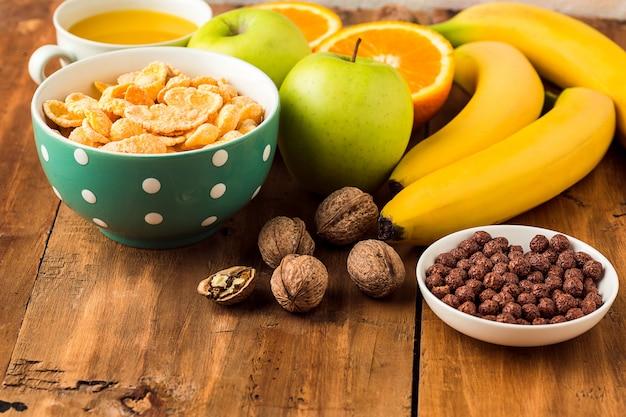 Gezond huisgemaakt ontbijt met muesli, appels, vers fruit en walnoten