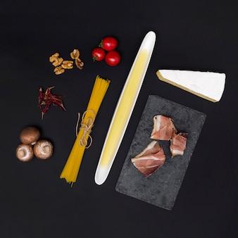 Gezond ingrediënt voor het maken van smakelijke italiaanse spaghettideegwaren