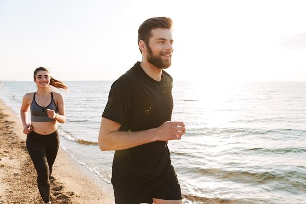 Gezond jong koppel samen joggen op een strand