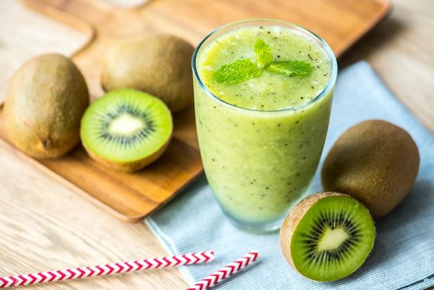 Gezond kiwi-smoothie zomerrecept Gratis Foto