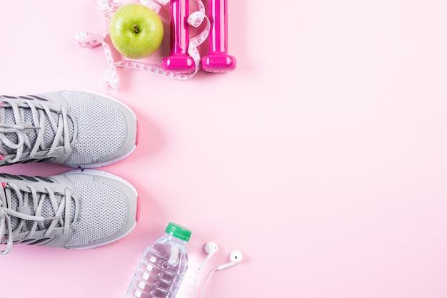 Gezond levensstijl, voedsel en sportconcept op roze pastelkleurachtergrond.