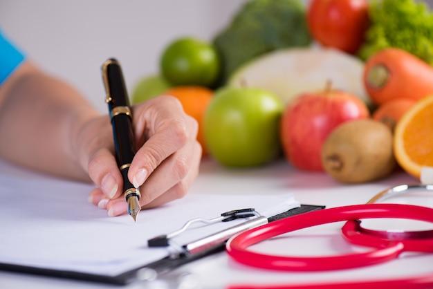 Gezond levensstijl, voedsel en voedingsconcept op bureau op achtergrond.