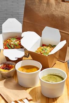 Gezond lunchmenu, bezorging van restaurantgerechten. container met afhaalmaaltijden, in eco dozen. kopieer ruimte
