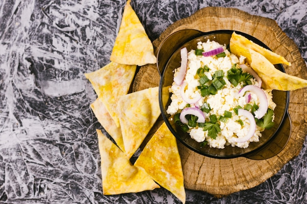 Gezond mexicaans eten met nachos bovenaanzicht