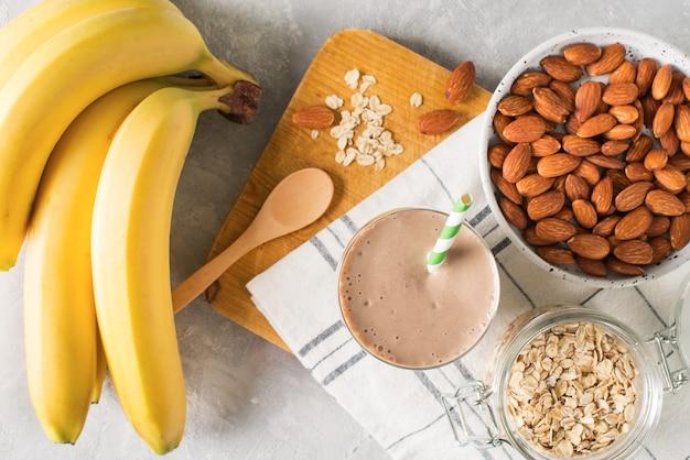 Gezond ontbijt banaan havermout amandelmelk op witte achtergrond