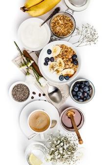 Gezond ontbijt dat op witte achtergrond, hoogste mening, exemplaarruimte wordt geplaatst