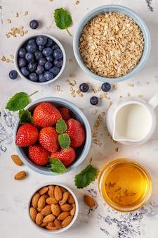 Gezond ontbijt - een kom havermout, bessen en fruit