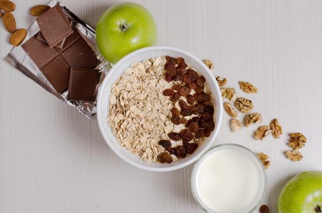Gezond ontbijt. havermout met rozijnen en yoghurt