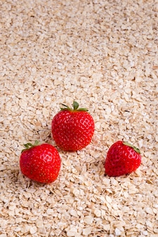Gezond ontbijt, havermouttextuur met aardbeien verticaal