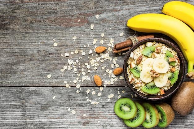 Gezond ontbijt. huisgemaakte muesli met haver, fruit en noten