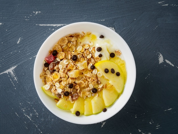 Gezond ontbijt in de ochtend - yoghurt en muesli, havermout met fruit en honing,