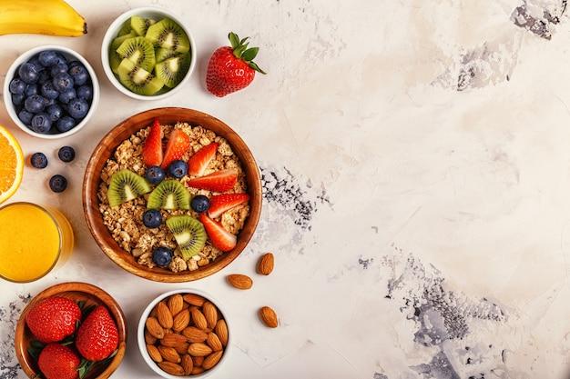 Gezond ontbijt - kom muesli, bessen en fruit