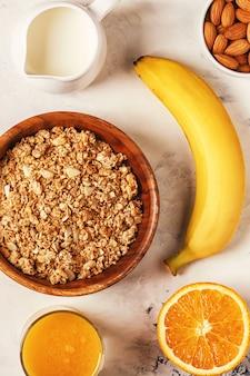 Gezond ontbijt - kom muesli, noten en fruit