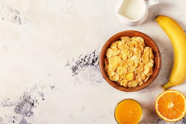 Gezond ontbijt - kom van cornflakes, noten en fruit