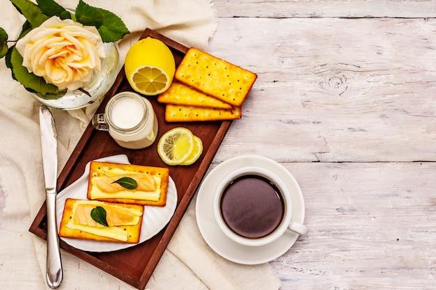 Gezond ontbijt. kopje koffie (zwarte thee), melk, crackers met boter en zalm