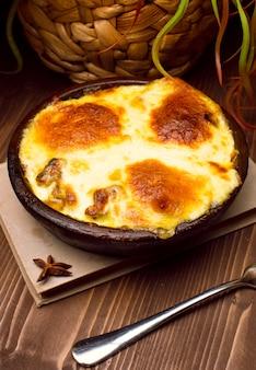 Gezond ontbijt. lasagne, of braadpan, of een vleespastei gebakken in de oven met gesmolten kaas op de bovenkant