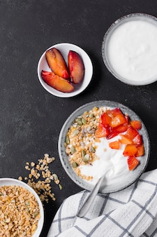 Gezond ontbijt met aardbeien en yoghurt