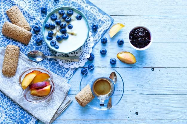 Gezond ontbijt met bosbessen en bananen yoghurt