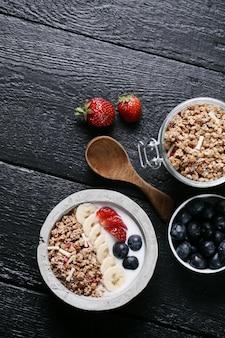Gezond ontbijt met granen en fruit