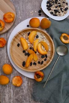 Gezond ontbijt met granola, verse abrikozen. plat lag, bovenaanzicht.