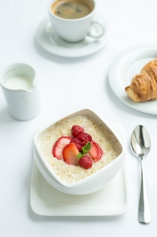 Gezond ontbijt met havermoutpap en verse bessen. gezondheid en voeding.