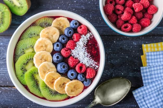 Gezond ontbijt met heerlijke acai smoothie in kom