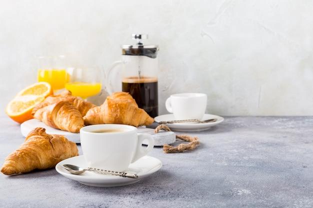 Gezond ontbijt met koffie en croissants
