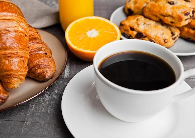 Gezond ontbijt met koffiesapvruchten gebakje op houten lijst