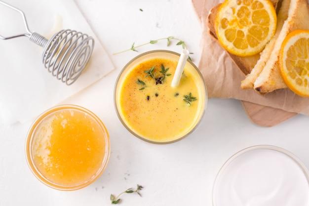 Gezond ontbijt met lassi-drankje van mango en sandwiches.