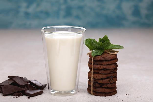 Gezond ontbijt met melk en havermoutkoekjes. goede voeding, dieet.