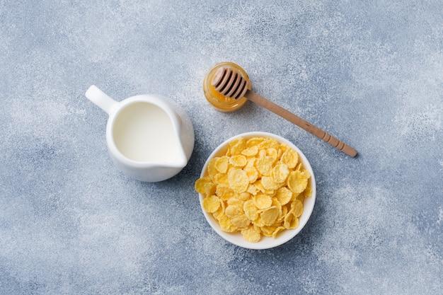 Gezond ontbijt met ontbijtgranen, melk, honing en fruit. gebalanceerd dieet.