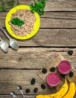 Gezond ontbijt met pap en verse smoothies.