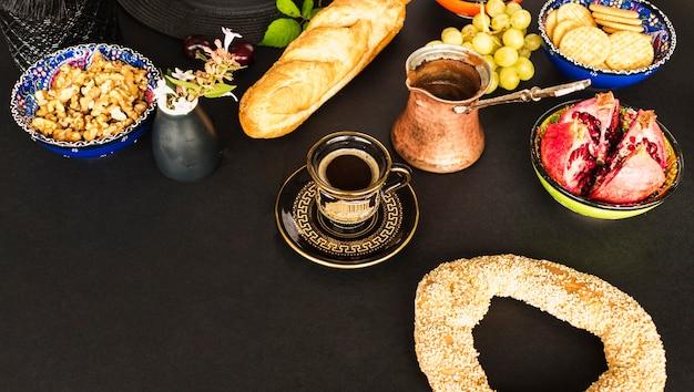 Gezond ontbijt met thee op tafel