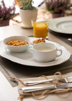 Gezond ontbijt met vers sap en muesli met melk en bessen