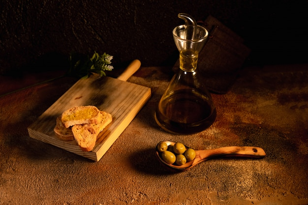 Gezond ontbijt. olijfolietoost op zwarte oppervlakte hoogste mening. spaans eten