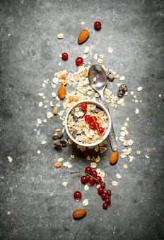 Gezond ontbijt. ontbijtgranen met bessen en noten