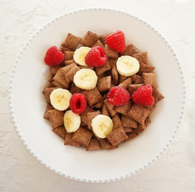 Gezond ontbijt - ontbijtgranen met lyofilisaat frambozen en verse aardbeien