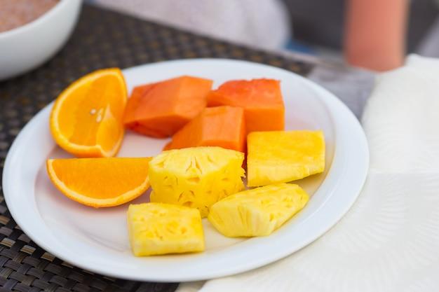 Gezond ontbijt op de lijstclose-up in openluchtkoffie