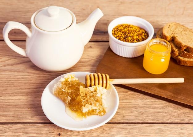 Gezond ontbijt op houten tafel