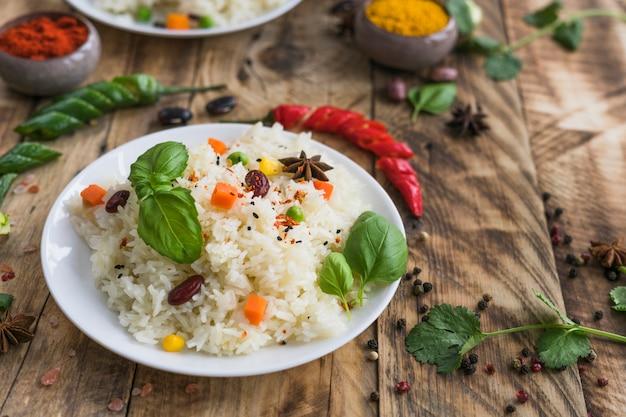 Gezond ontbijt op plaat met rode chili peper en peterselie