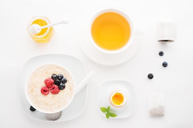 Gezond ontbijt op wit, bovenaanzicht