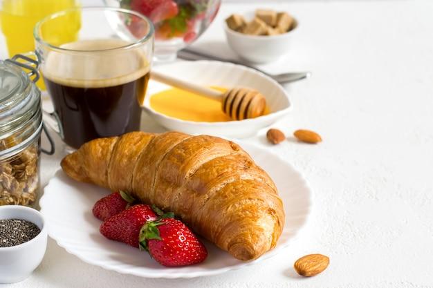 Gezond ontbijt set: croissant, bessen en koffie. selectief